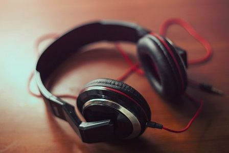 headphones-407190_1280