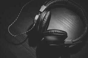 headphones-690685_1920