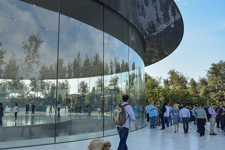 apple-park-photo-steve-jobs-theater-glass