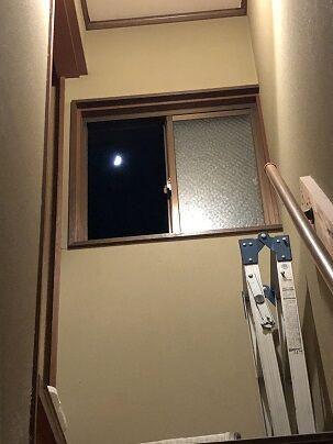 階段を見上げると月