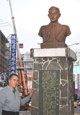 坂井徳章の銅像