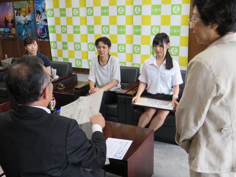 【画像】書道コンクールで賞をもらった女子高生が可愛い