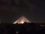 光るピラミッド