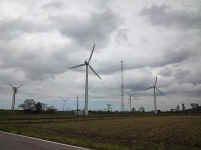 曇り空風車