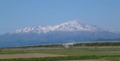 春の鳥海山