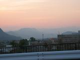 夕焼けと谷川
