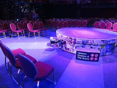 席とステージ
