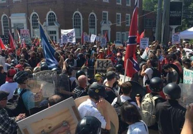 米バージニア州知事が非常事態宣言!白人優位主義のデモと反対派が衝突!デモ隊を車で轢く