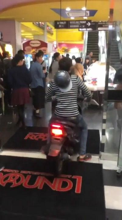 【バカッター】ゲームセンターでバイクを走らせた高2逮捕されるwwwwwwwwwwwwwwwwww