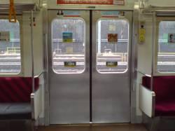 電車で頑なにドア前堅持奴wwww