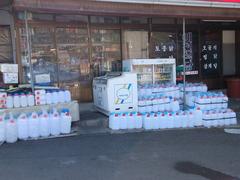 近所のお店には水タンクが沢山・・・