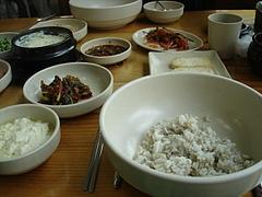 豆腐料理店で定食を食べる