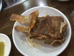 豚の背骨肉をほじほじしながら頂きます。