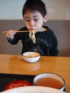 お箸で一生懸命食べました^^