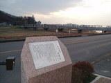 記念碑と橋と夕日
