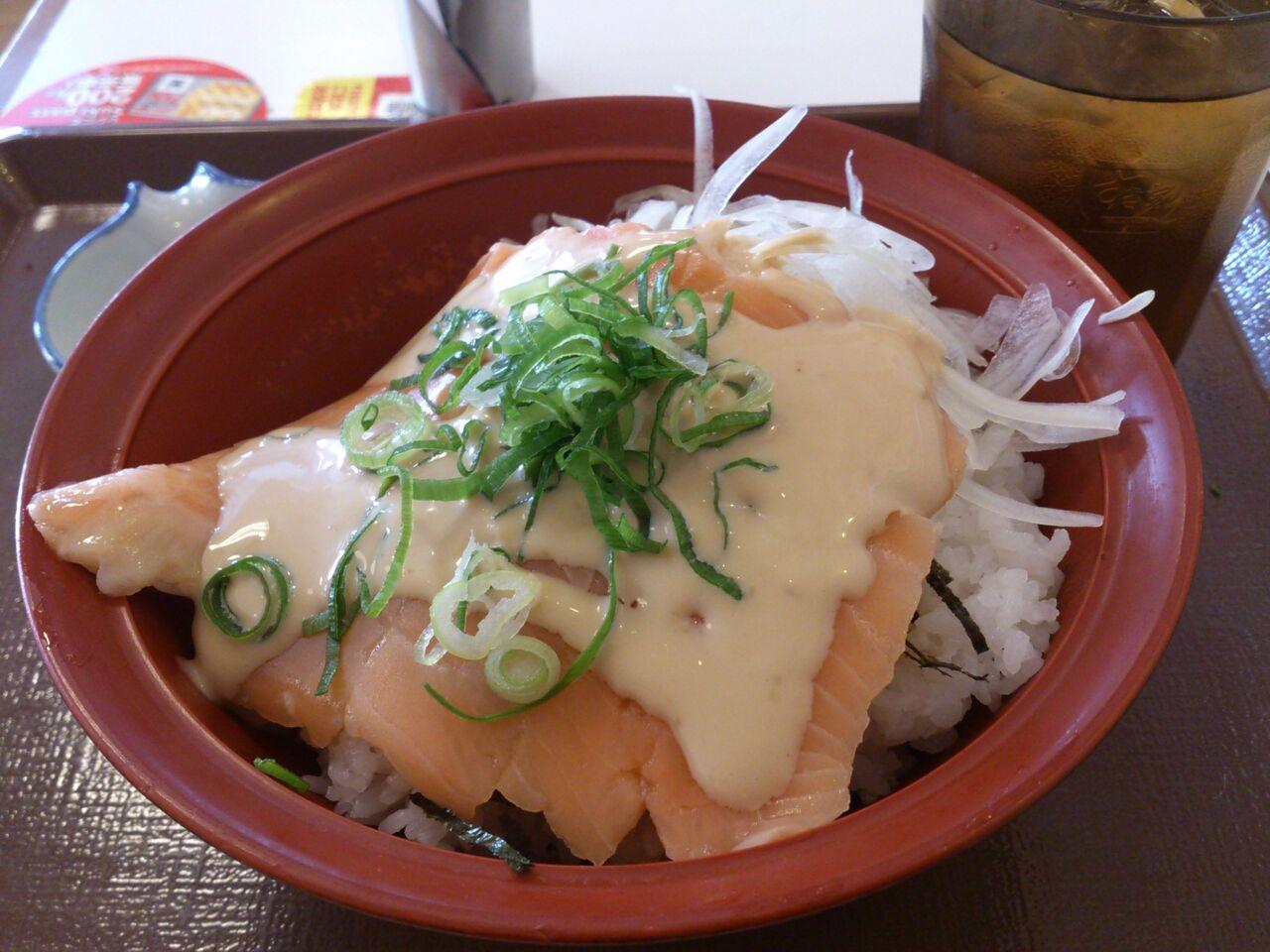 丼 オニオン サーモン SNSでも高評、すき家の新商品「オニオンサーモン丼」がおいしそう。