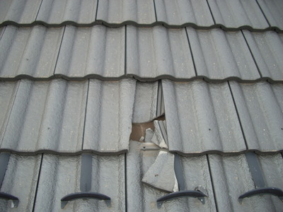 営業マンが瓦が割れていると言って割った写真 (2)