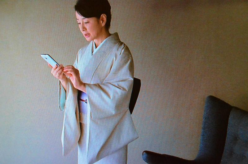スマホを手に立ち上がる吉永小百合。