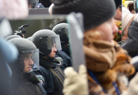 Ukraine-police-mirror-protest-3-e1388874894262