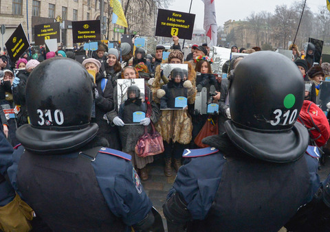 Ukraine-police-protest-crowd