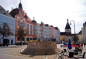 1024px-Stadtplatz_Braunau_am_Inn
