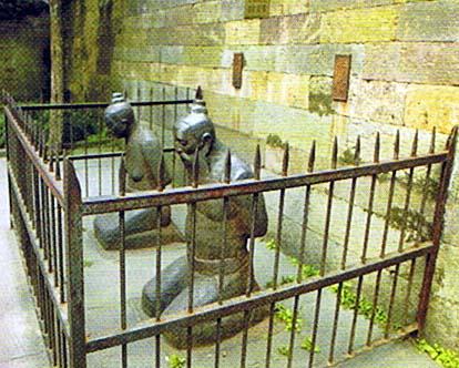 秦檜夫妻の像