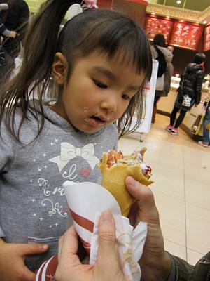 髪を切った後、ROMANDO ROLLを食べる娘