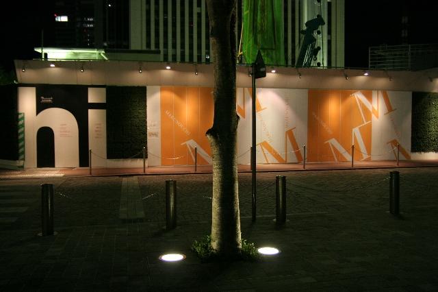 深夜の街路樹と仮囲い01