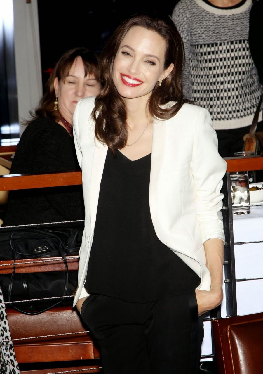 1669085-angelina-jolie-lors-d-une-projection-950x0-3