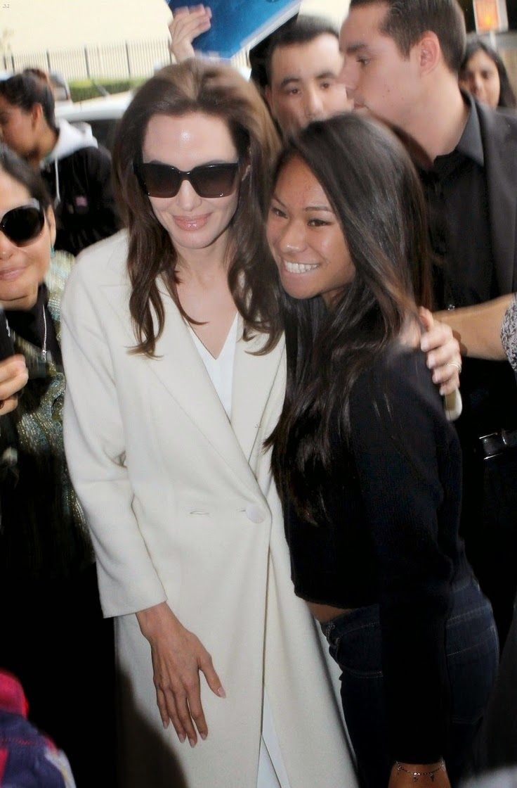 angelina-jolie-takes-time-for-her-fans-in-nyc-04