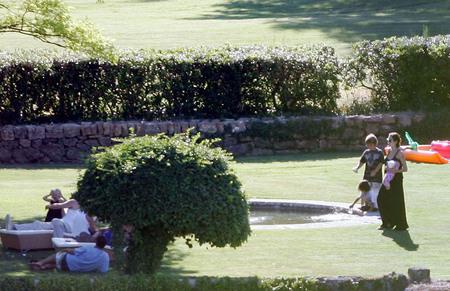日曜日^^ お城のお庭で♪アンジー・ブラピ家族♪