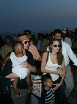 6c997694.india_people_jolie_pitt_xrn103