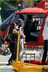 アンジー・ブラピ家族♪ 3日 ヘリコプター