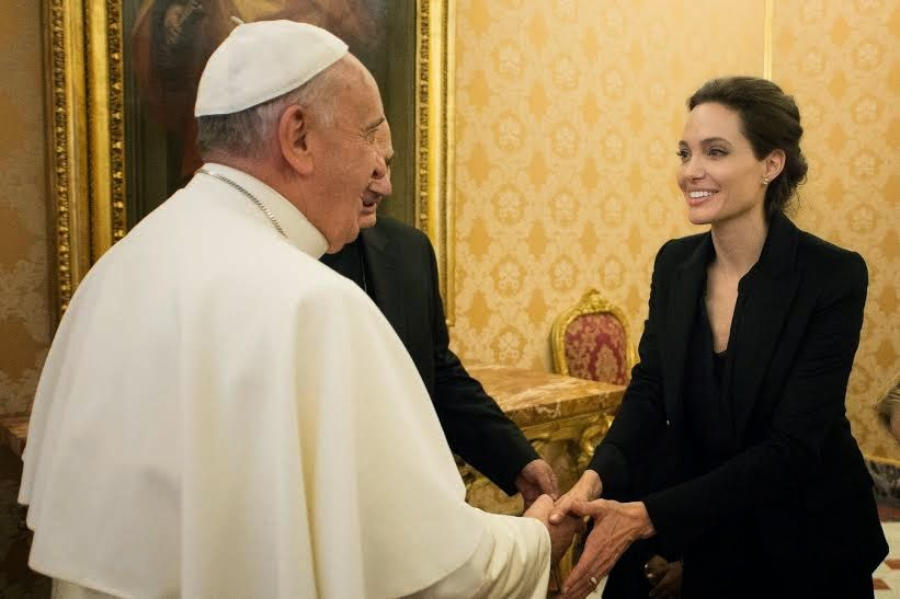 080115_Jolie_meet_pope_04