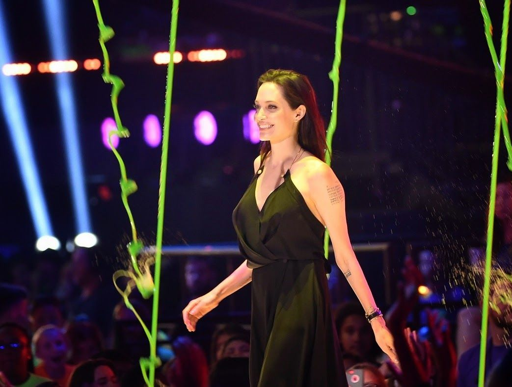 angelina-jolie-has-でーた-message-for-kids-at-kcas-2015-03