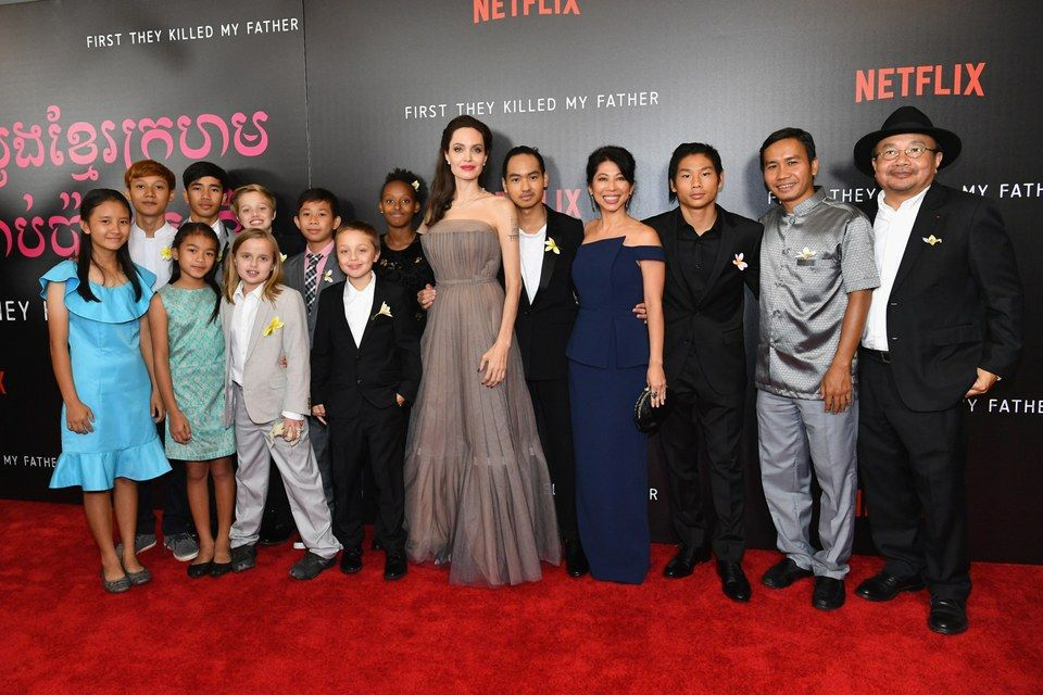 angelina-jolie-whole-family-red-carpet