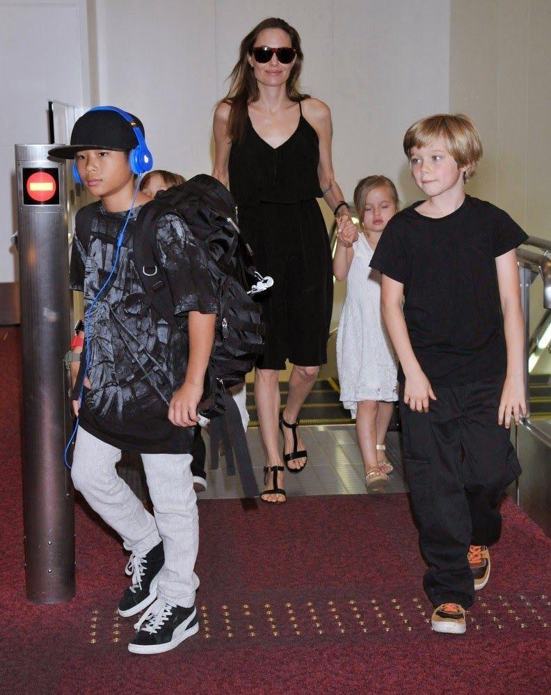Angelina+Jolie+children+arrive+Tokyo+bryf9w-qDshx