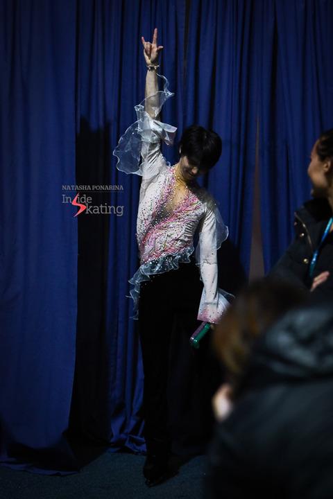 Yuzuru-Hanyu-thanking-the-audience-2018-GP-of-Helsinki-5