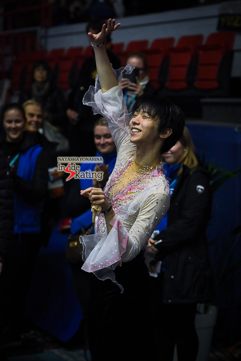 Yuzuru-Hanyu-thanking-the-audience-2018-GP-of-Helsinki-3