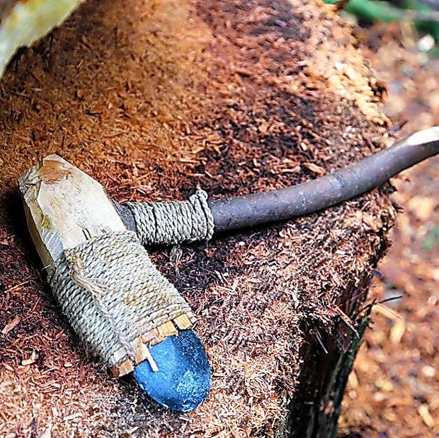 ④木の伐採に使った石斧の例
