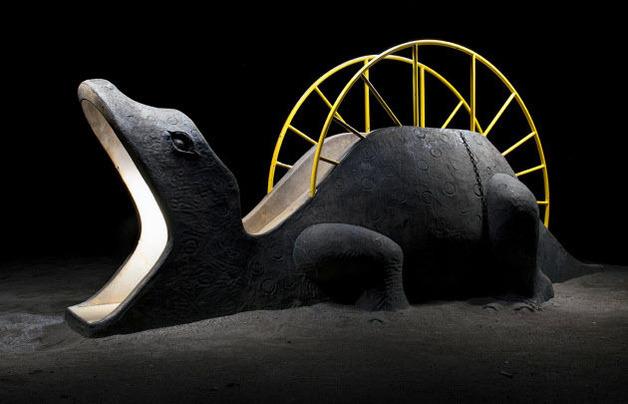 恐竜型の遊具(東京都町田市の薬師台青空公園)