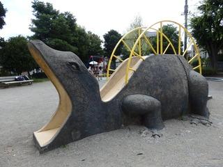 ①恐竜型の遊具(薬師台青空公園)左側