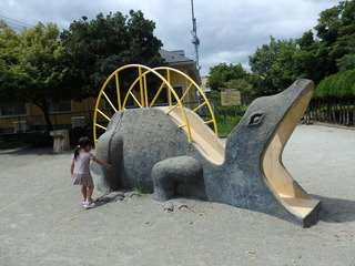 ②恐竜型の遊具(薬師台青空公園)右側