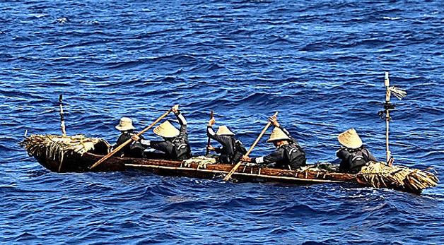 ①台湾から与那国島を目指す丸木舟。黒潮が流れる海を横断できた