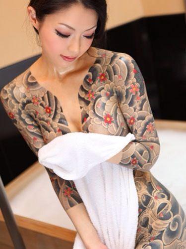 【刺青・タトゥー】刺青入った女って脱がしたときにドキドキするよなwww