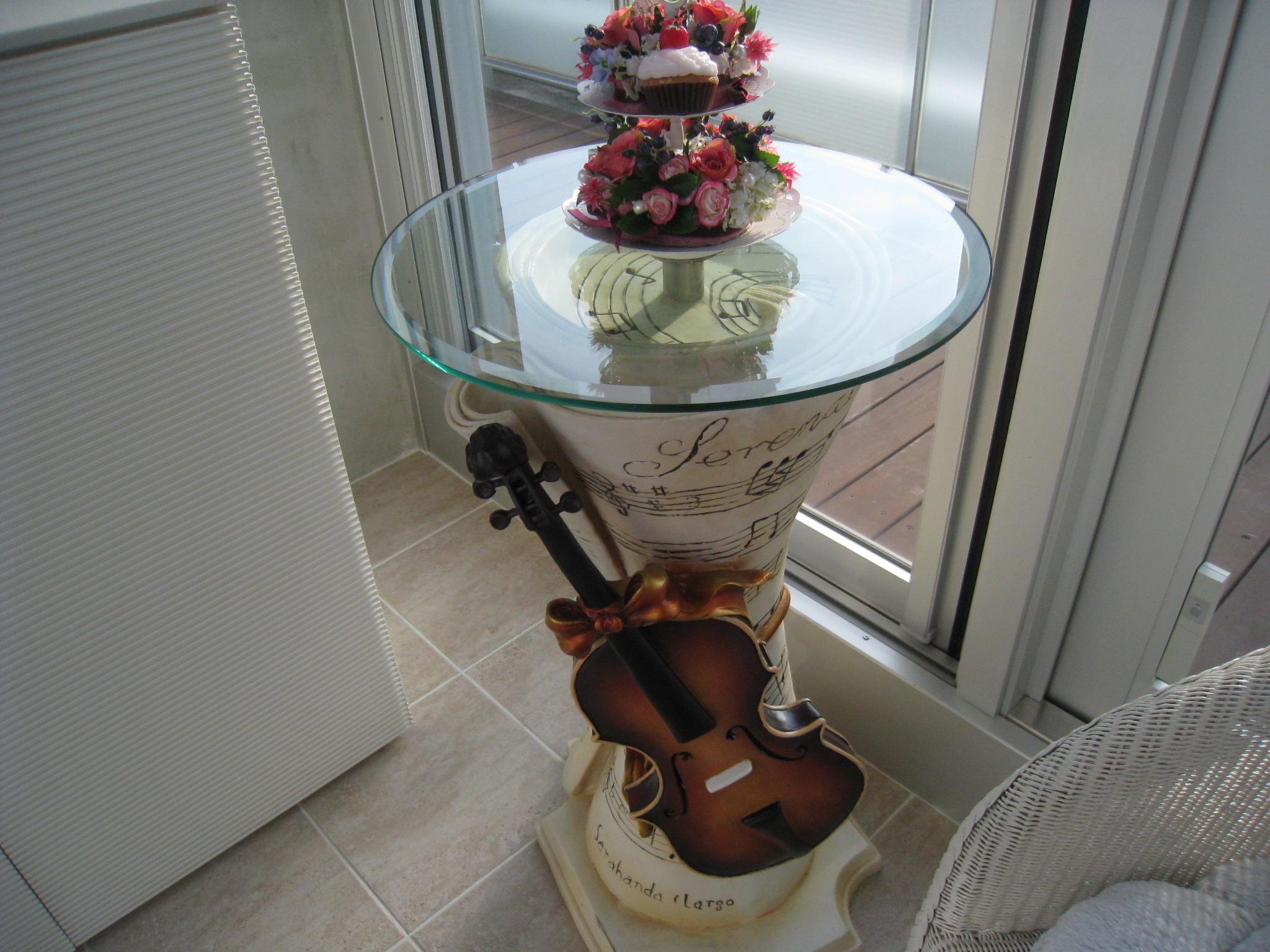 テーブル 巻き付いている楽譜にバイオリンと羽根ペンがついているのがsweetでし... 池田優子