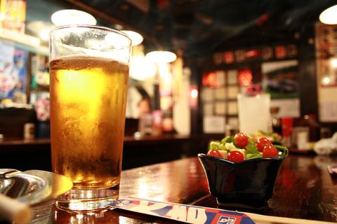 飲食店 ビール サラダ