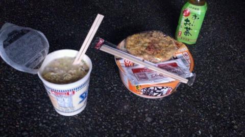 カップ麺 外