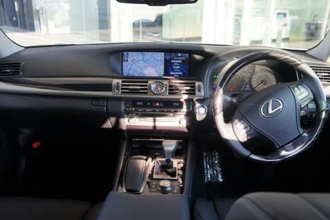 車 高級車 運転席 レクサス