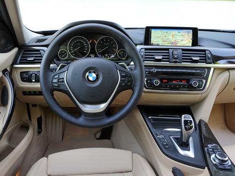 車 BWM 運転席